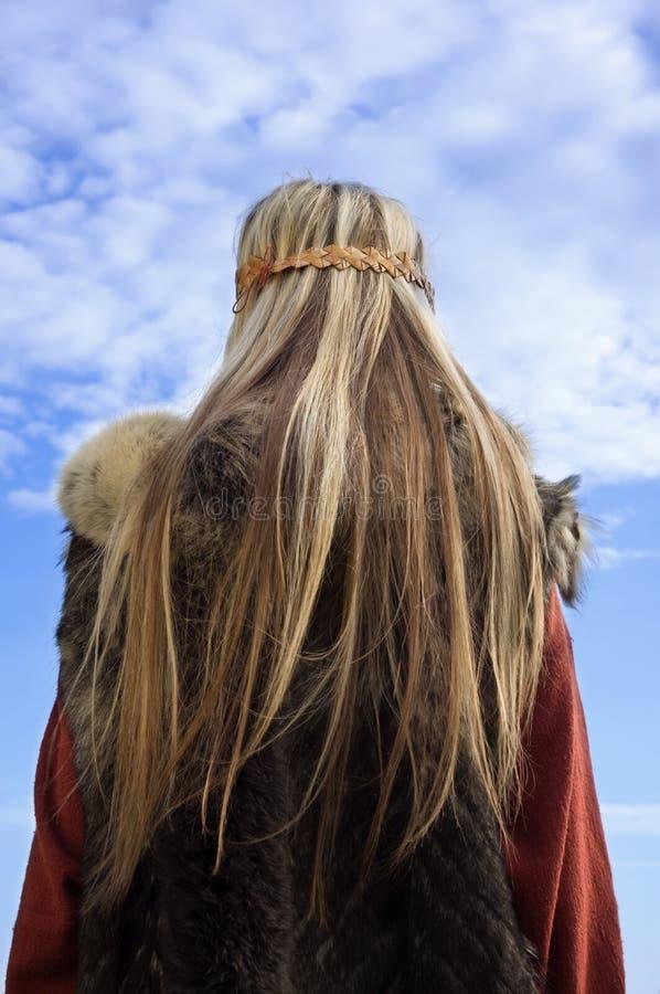 Het meisje van Viking op een blauwe hemelachtergrond royalty-vrije stock afbeelding