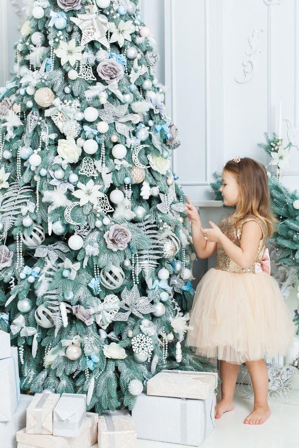 Het meisje verfraait de Kerstboom royalty-vrije stock afbeelding