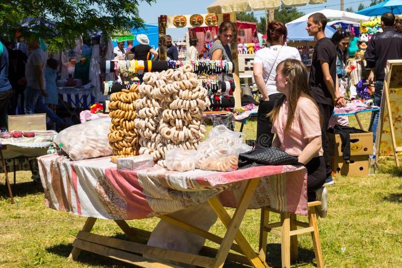 Het meisje verkoopt ongezuurde broodjes tijdens Aardbeifestival royalty-vrije stock foto's