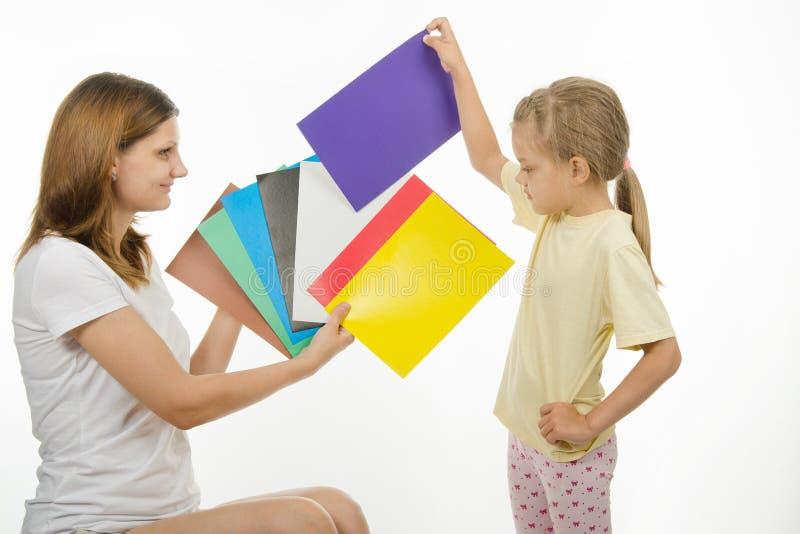 Het meisje verkoos het juiste beeld om gekomen ware kleur te maken stock foto