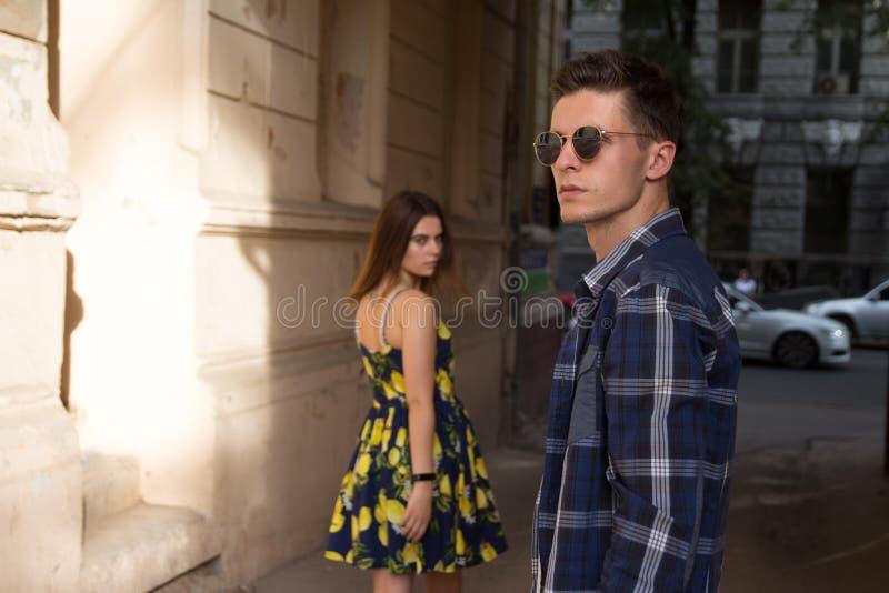 Het meisje verlaat de kerel Gelukkig, houdend van paar, familie de zomermeisje in een kleding een datum in de stad royalty-vrije stock afbeelding