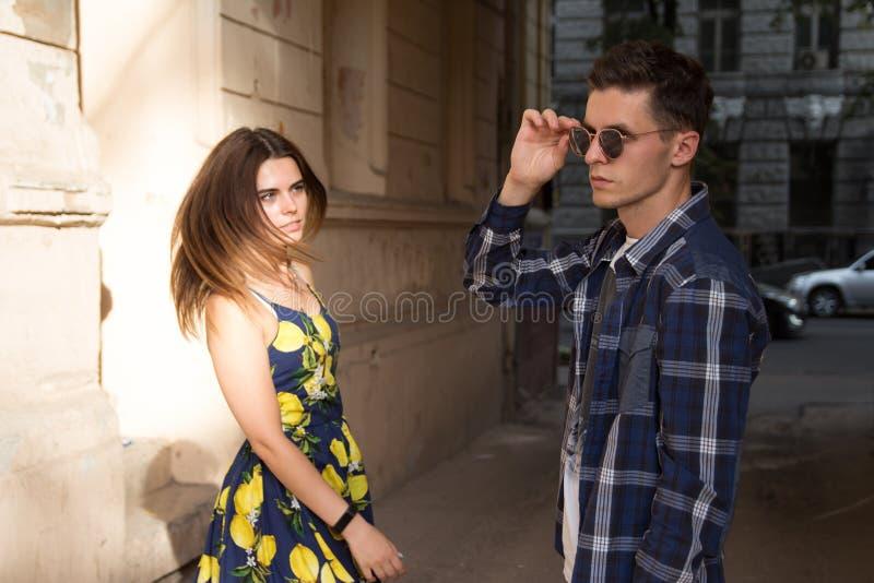 Het meisje verlaat de kerel Gelukkig, houdend van paar, familie de zomermeisje in een kleding een datum in de stad stock foto