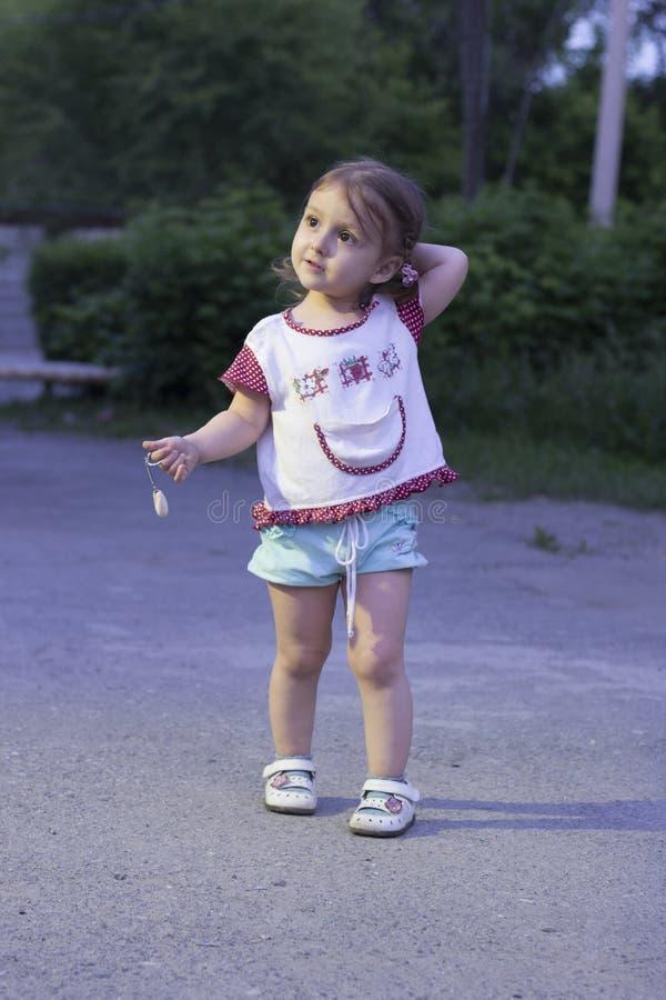 Het meisje verloor het kind werd verlaten bij nacht op de straat in het park alleen en denkt welke manier te gaan royalty-vrije stock fotografie