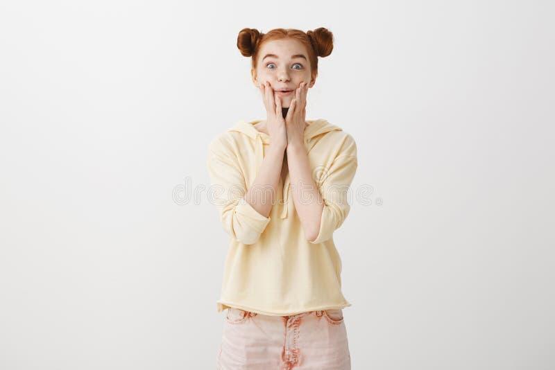 Het meisje is verrast en bevend van het wachten op Portret van knap optimistisch roodharige met twee broodjeskapsel royalty-vrije stock foto's