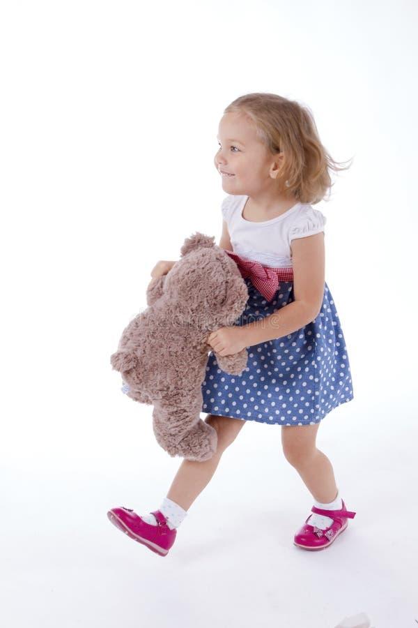Het meisje vervoert een teddybeer royalty-vrije stock foto's