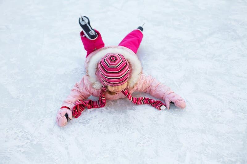Het meisje viel aan ijs het schaatsen royalty-vrije stock foto