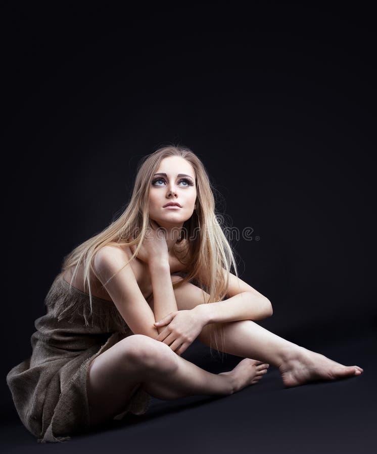 Het meisje in vod van dark bekijkt licht royalty-vrije stock afbeeldingen