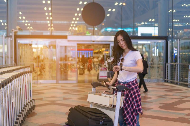Het meisje wacht op een vriend Het reizen naar de luchthaven stock foto's