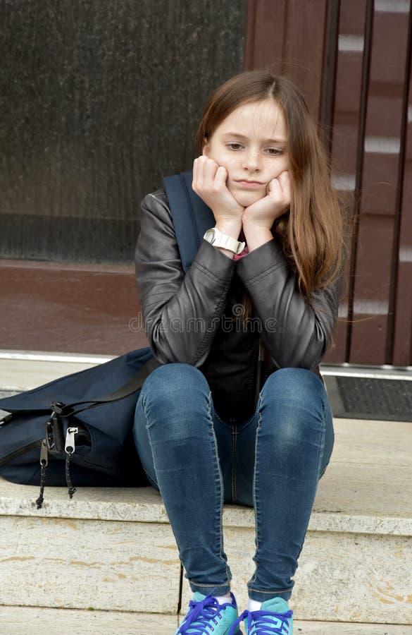 Het meisje wacht op iemand met voordeursleutel royalty-vrije stock foto's