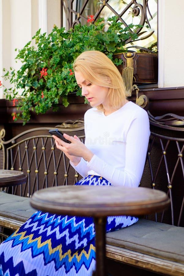Het meisje wacht vergadering met vrienden Schik benoeming in sociaal netwerk Doe benoeming Vrouwen bezig gezicht met smartphone royalty-vrije stock afbeeldingen
