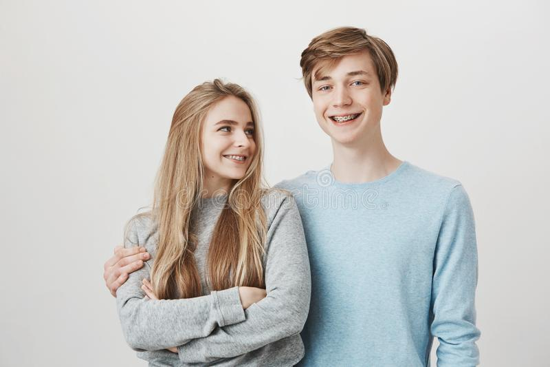 Het meisje weet de vriend iets voor verjaardag voorbereidde Portret die van twee vriendschappelijke gevende siblings, koesteren e royalty-vrije stock afbeeldingen