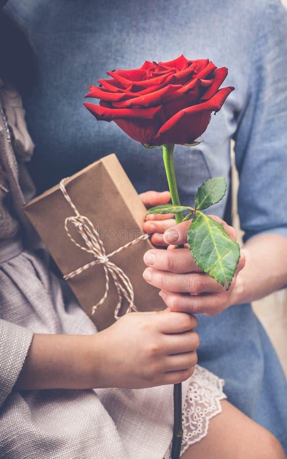 Het meisje wenst haar moeder op Moederdag geluk toning Verticaal schot royalty-vrije stock fotografie