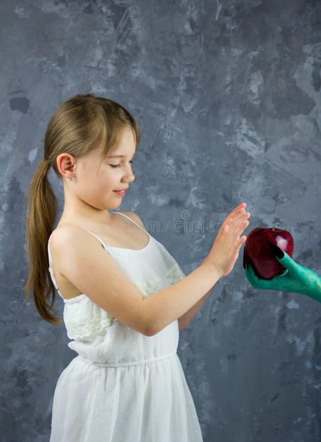 Het meisje wil niet de appel van de heks nemen Het Sneeuwwitje Fairytale royalty-vrije stock foto's