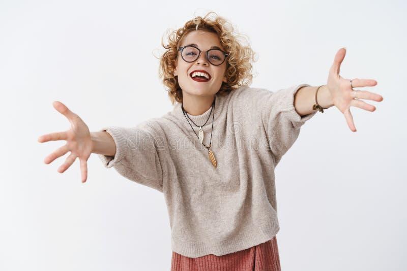 Het meisje wil omhelzingen Portret van het charmeren van gelukkig en enthousiast aantrekkelijk Europees wijfje met kort blond haa stock fotografie