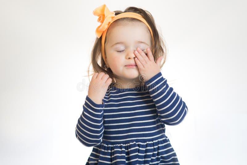 Het meisje wil slapen geïsoleerd over de witte achtergrond stock foto's