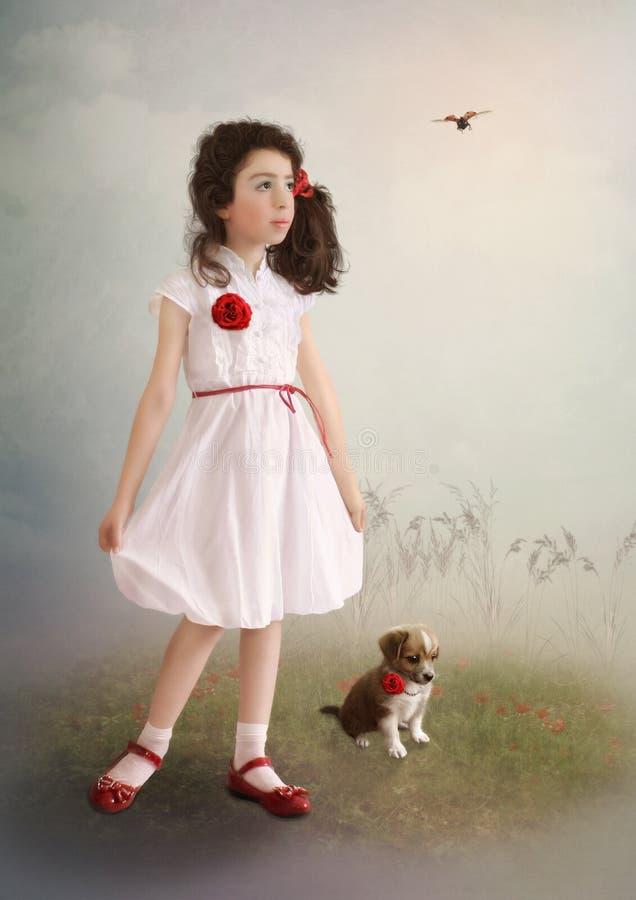 Het meisje in witte kleding, puppy en onzelieveheersbeestje royalty-vrije stock foto's