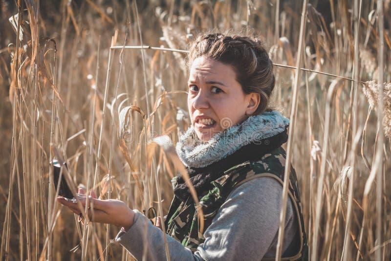 Het meisje wordt verloren in de wildernis stock afbeeldingen