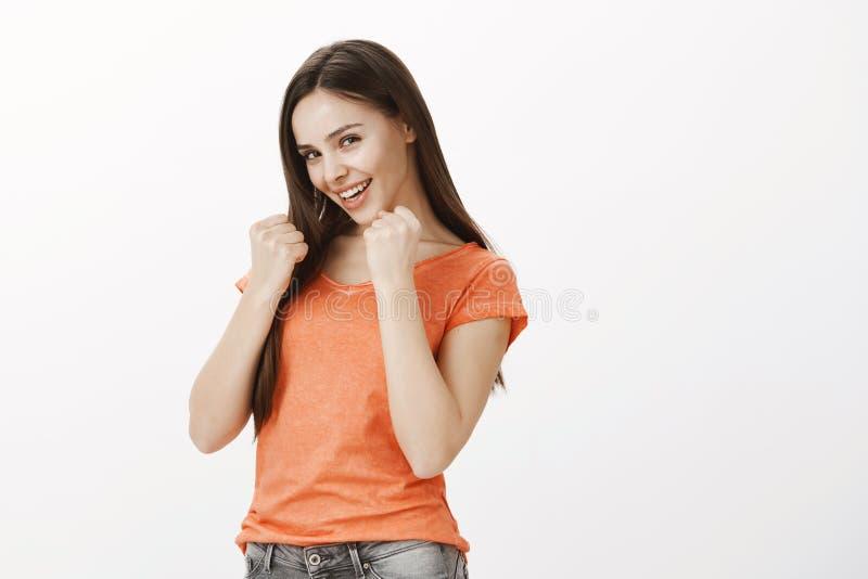 Het meisje zal iedereen slaan die haar voedsel raken Portret van gelukkige gevoels Kaukasische vrouwelijke medewerker in oranje b royalty-vrije stock afbeelding
