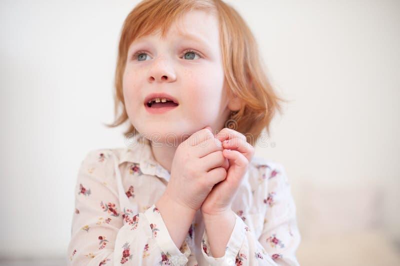 Het meisje zegt plaintively royalty-vrije stock afbeeldingen