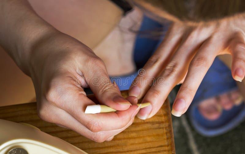 Het meisje zelf doet de manicure royalty-vrije stock afbeelding