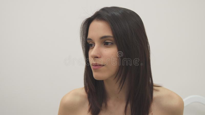Het meisje zet glazen bij het kuuroord aan royalty-vrije stock fotografie
