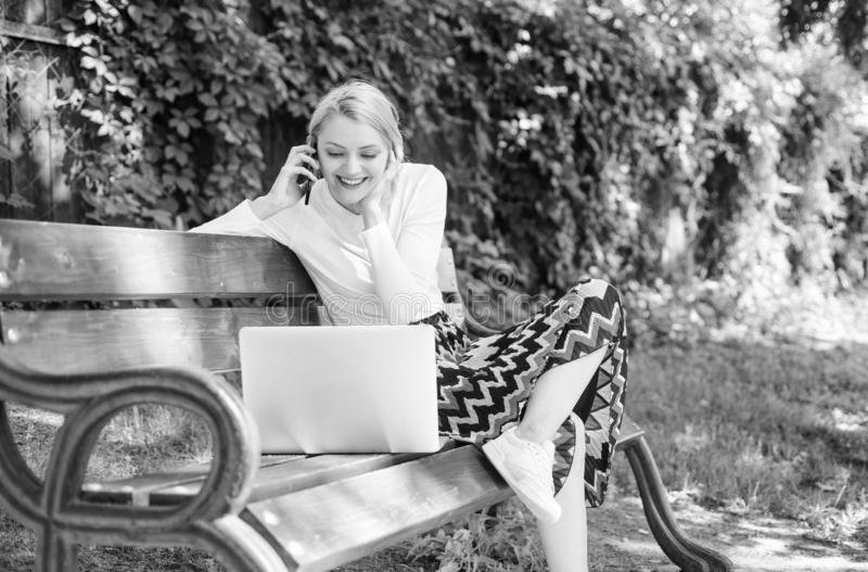 Het meisje zit bank met de telefoon van de notitieboekjevraag Sparen uw tijd met online het winkelen Online het winkelen Vrouwenl stock afbeelding