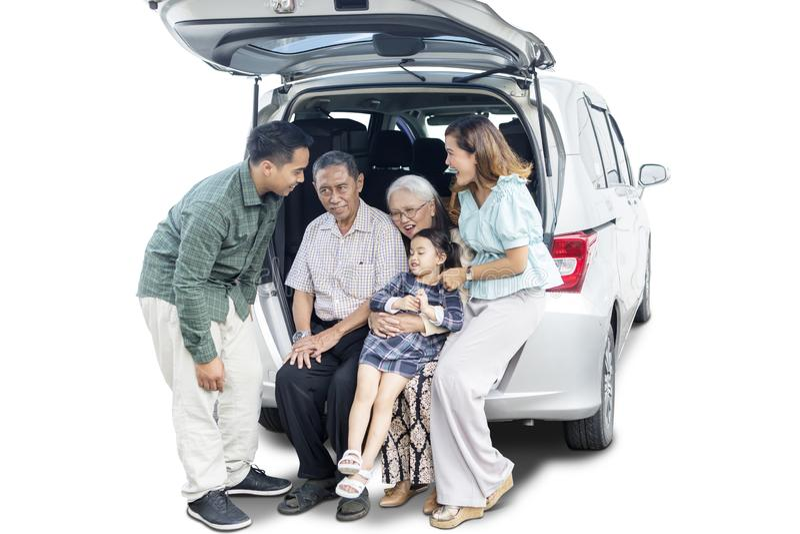 Het meisje zit met haar grote familie in autoboomstam royalty-vrije stock afbeeldingen
