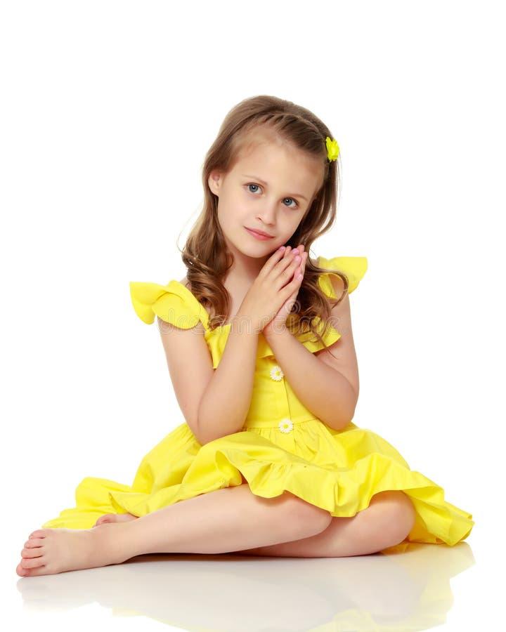 Het meisje zit op de vloer royalty-vrije stock afbeeldingen