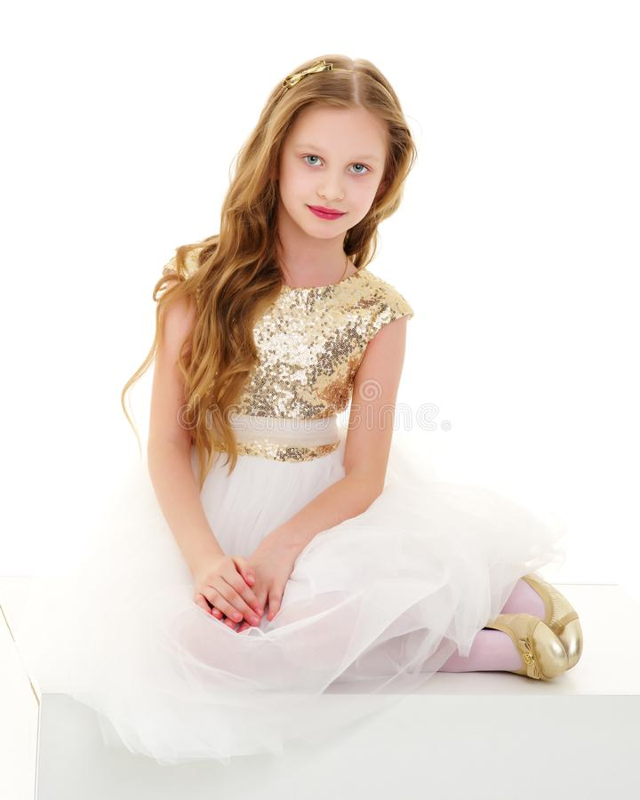 Het meisje zit op een witte banner royalty-vrije stock foto