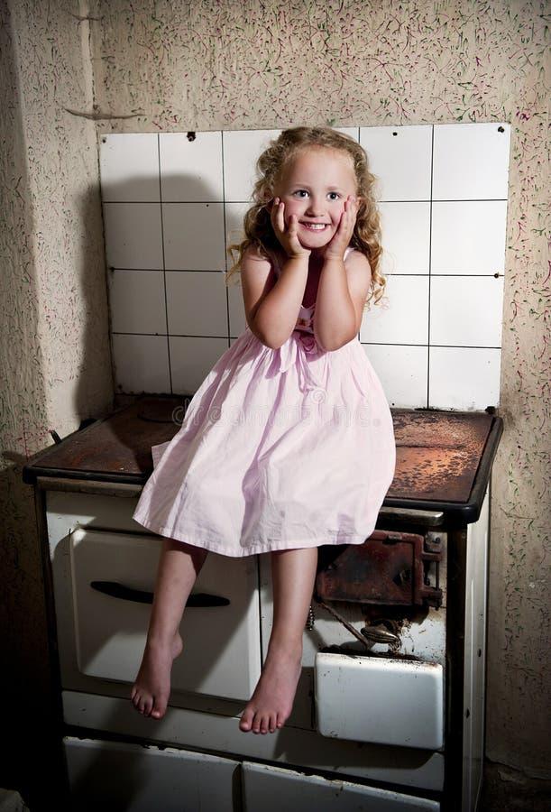 Meisje op het kooktoestel stock foto's