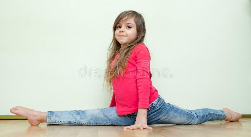 Het meisje zit op spleten stock fotografie