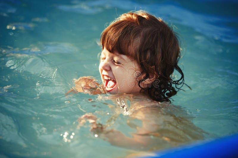 Het meisje zwemt in de pool royalty-vrije stock afbeelding