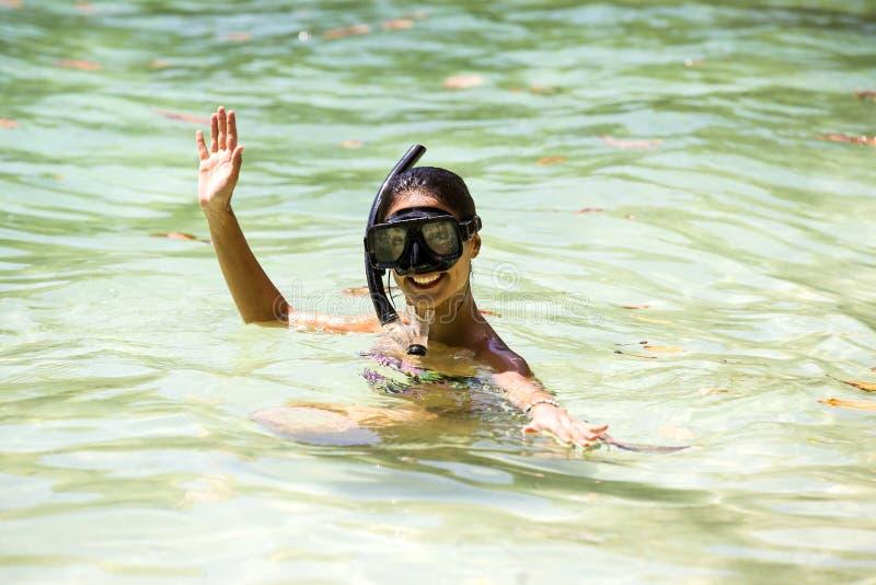 Het meisje zwemt in het overzees stock foto's