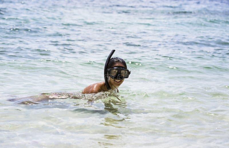 Het meisje zwemt in het overzees stock fotografie