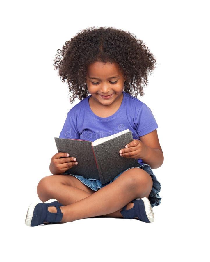 Het meisjelezing van de student met een boek stock foto