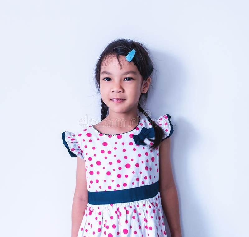 Het meisjeportret dient zoete uitstekende kleding in stock foto's