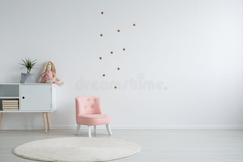 Het meisjes` s slaapkamer van de Scandistijl royalty-vrije stock fotografie