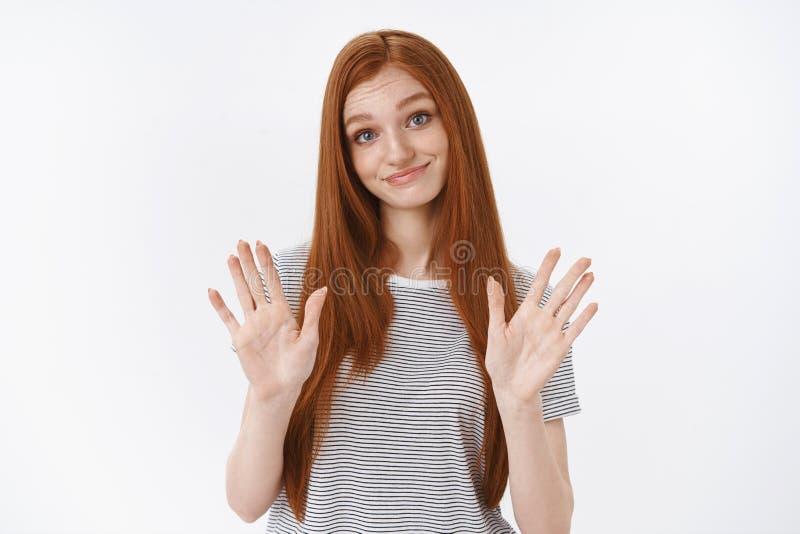 Het meisjesafval zal overgaan De studio schoot zeker unamused het zekere blauwe de ogen van de roodharige vrouwelijke student nie royalty-vrije stock foto's