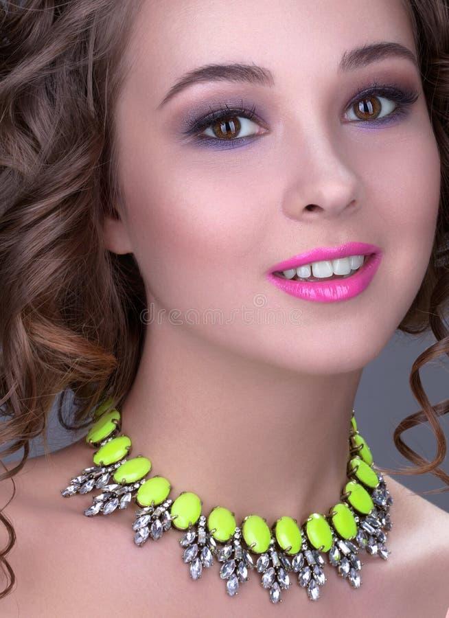 Het meisjesclose-up nam met heldere make-up en roze lippen toe royalty-vrije stock afbeeldingen