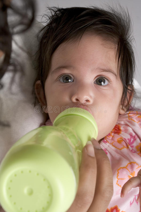 Het Meisjesdranken Van De Baby Van Zuigfles Stock Afbeelding