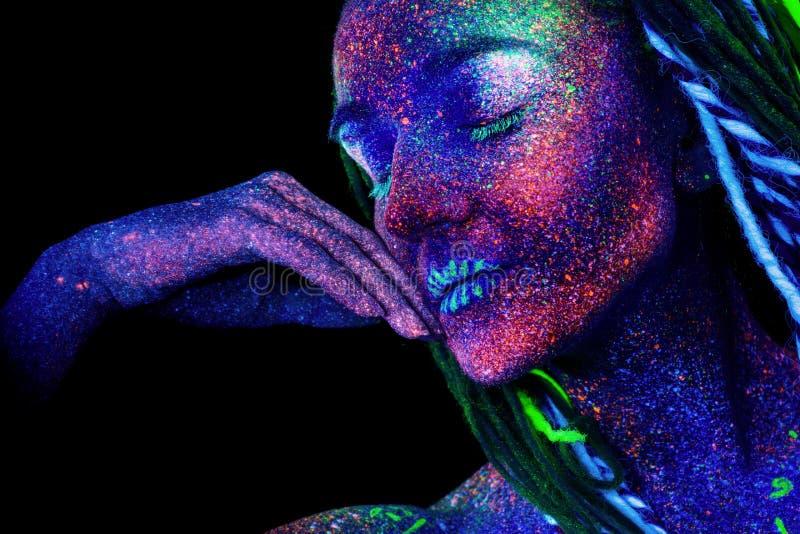 Het meisjesgezicht, in slaap vreemdelingen Hand dichtbij het gezicht en greephaar, ultraviolette samenstelling royalty-vrije stock afbeelding