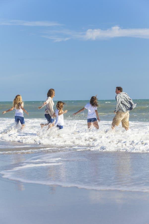 Het Meisjeskinderen die van familieouders op Strand spelen royalty-vrije stock foto's