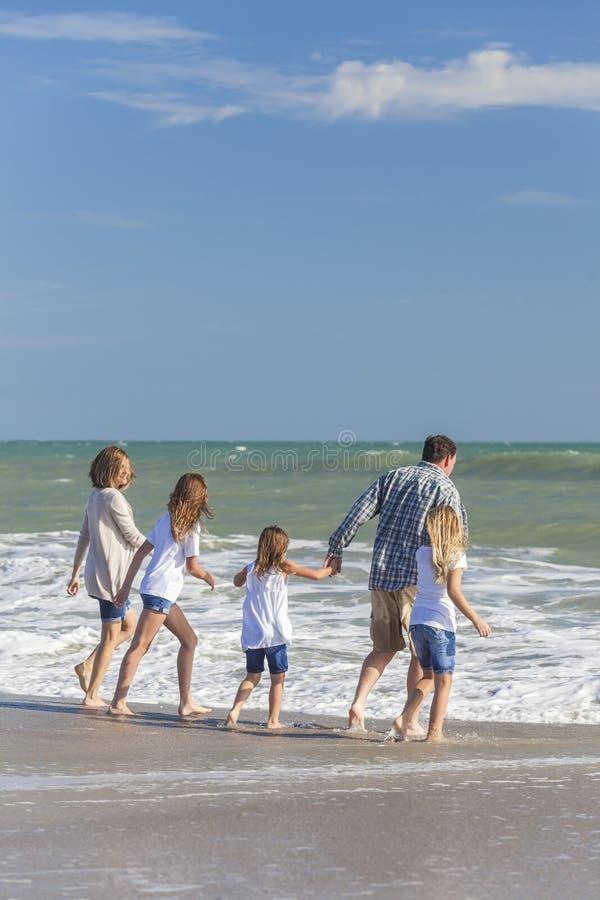 Het Meisjeskinderen die van familieouders op Strand spelen stock afbeeldingen
