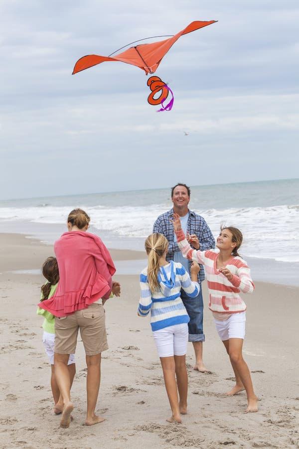 Het Meisjeskinderen die van familieouders Vlieger op Strand vliegen stock fotografie