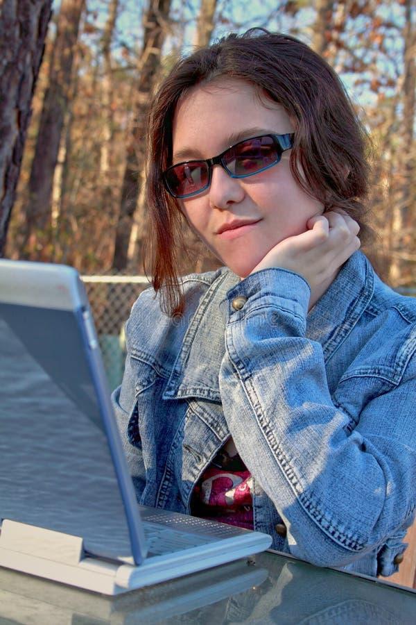 Het meisjeslaptop van de tiener stock foto