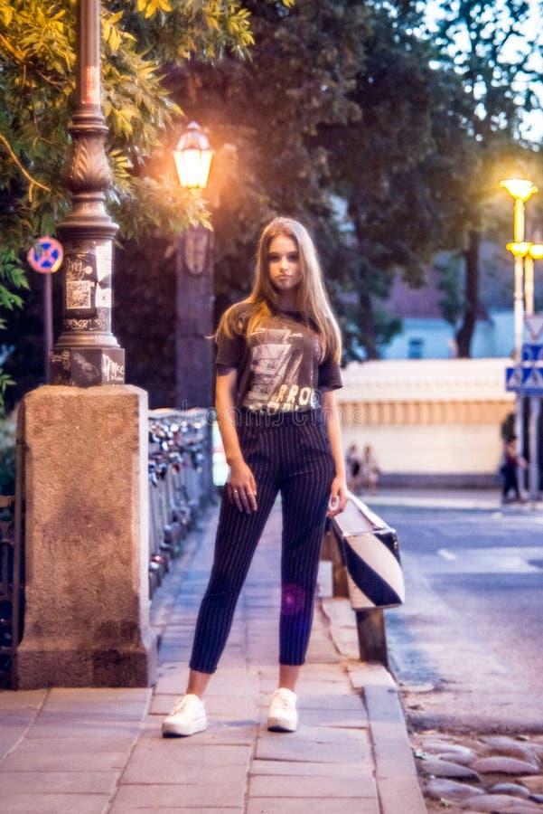 Het meisjesportret in een stad steekt aan stock foto's