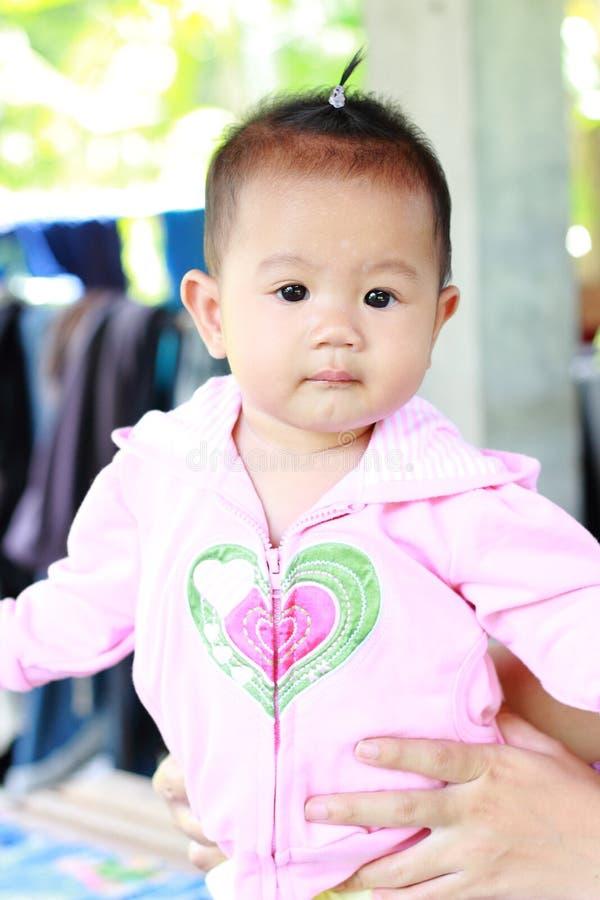 Download Het Meisjesportret Van De Baby Leuk Baby Stock Foto - Afbeelding bestaande uit knieën, geluk: 39114182