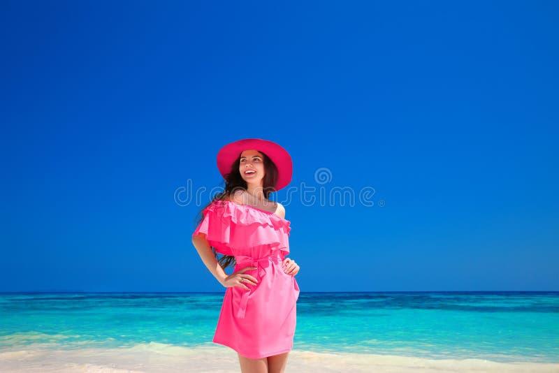 Het Meisjesportret van de manierzomer Gelukkige vrouw die op het overzees, B genieten van royalty-vrije stock afbeeldingen