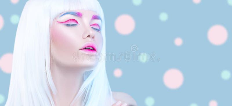 Het meisjesportret van de schoonheidsmannequin met wit haar, roze eyeliner, gradiëntlippen Futuristische make-up in witte, blauwe stock foto