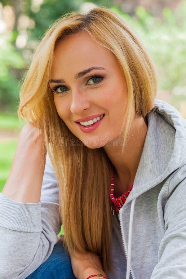 Het meisjesportret van de zomer Het Kaukasische blondevrouw glimlachen gelukkig op su royalty-vrije stock fotografie